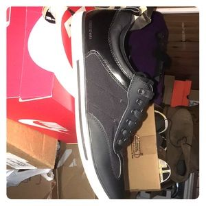 Hi. I am selling a pair of Kenneth Cole, size 10.